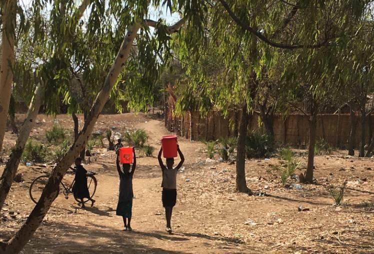 3.mulheres-transportando-agua